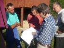 A tábor vezetője ismerteti a tervrajzot (Kemenceépítő tábor, Augusztus 12-17.)