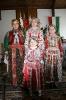 Népviseletben: Babi, Henri, Renáta és Vivien