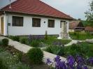 Gyülekezeti Ház, udvarán a hősi emlékművel