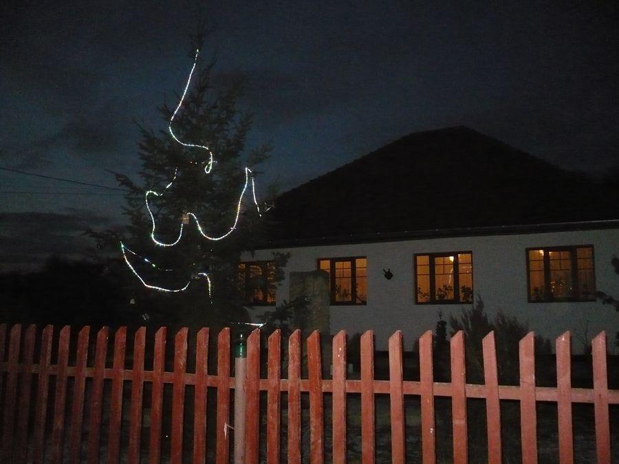 A falufa ünnepi fényben