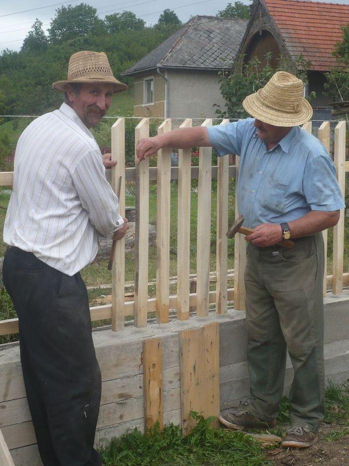 Épül a kerítés
