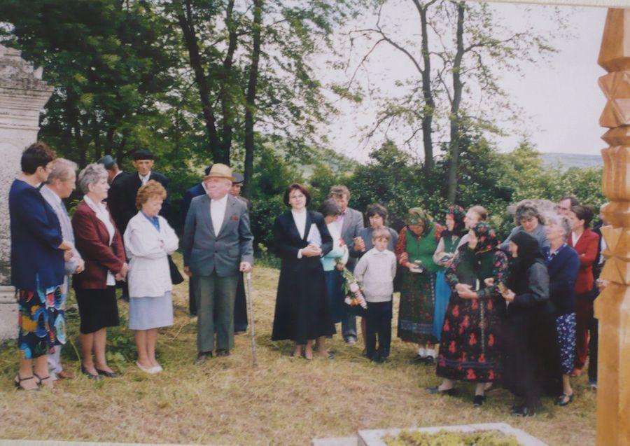 A résztvevők a kopjafánál